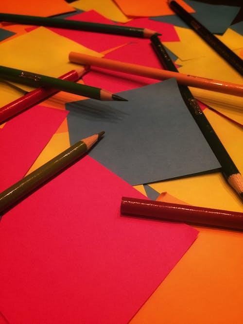 Kostnadsfri bild av anteckningar, färg, färgade pennor, färgpenna