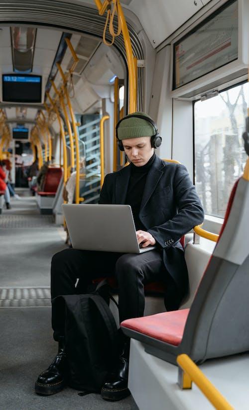 Foto profissional grátis de carona, computador portátil, deslocar-se