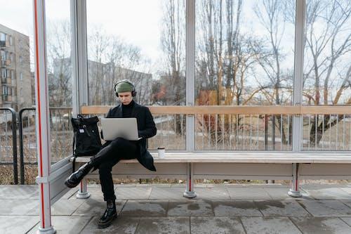 Kostenloses Stock Foto zu bank, bushaltestelle, digitaler nomade