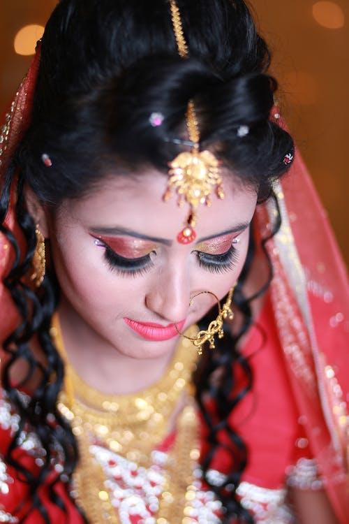 Vrouw Die Traditionele Kleding En Accessoires Draagt