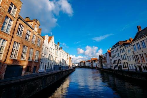 Foto d'estoc gratuïta de aigua, arquitectura, canal, carrer