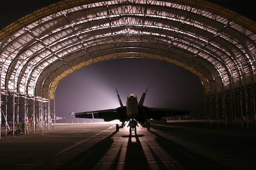 Základová fotografie zdarma na téma hangár, letadla, stíhací letoun, vojenské letadlo