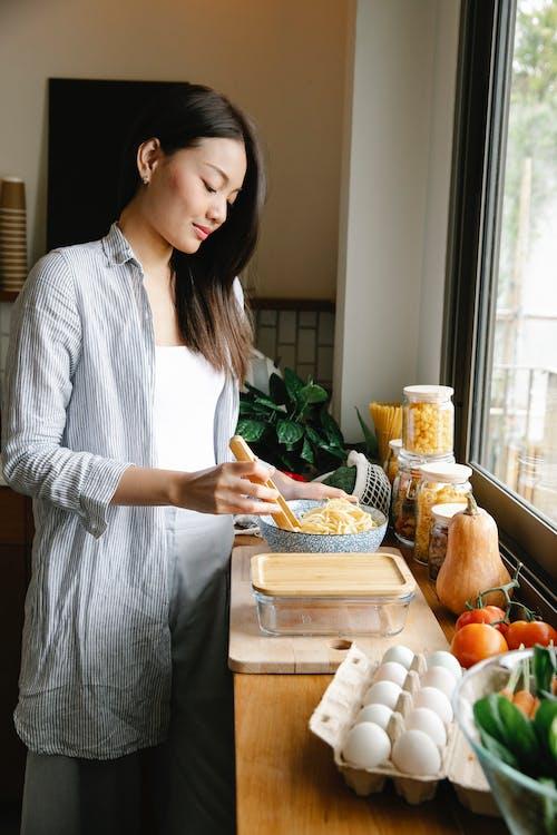 Gratis arkivbilde med appetittvekkende, asiatisk kvinne, benk