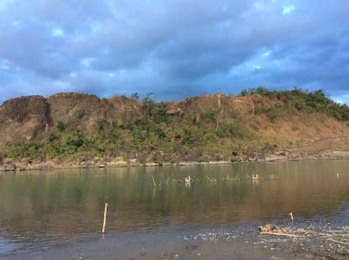 Imagine de stoc gratuită din Cer întunecat, nori negri, partea întunecată, pe malul râului