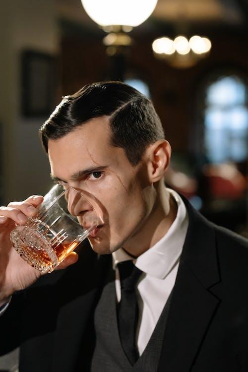 Gratis stockfoto met aantrekkelijk, acteur, alcoholisch drankje