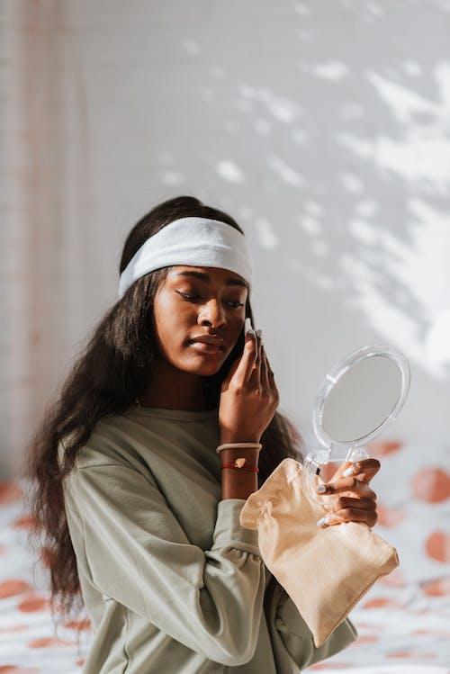 afrikalı-amerikalı kadın, aksesuar, alımlı içeren Ücretsiz stok fotoğraf