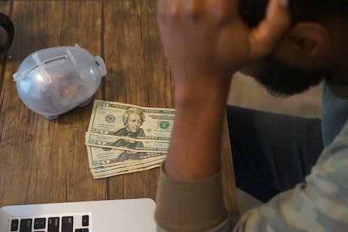 Ilmainen kuvapankkikuva tunnisteilla afroamerikkalainen mies, dollarin setelit, kirjoituspöytä