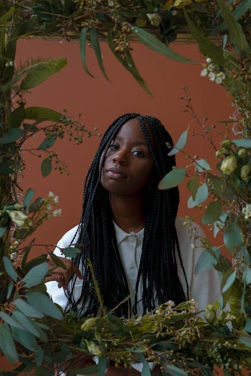 Fotobanka sbezplatnými fotkami na tému Afroameričanka, biela blúzka, biela košeľa