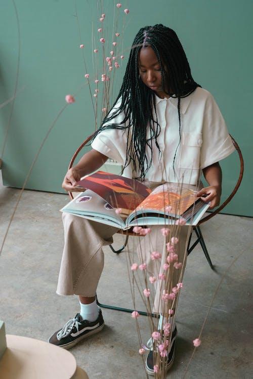 afrikalı-amerikalı kadın, Afro, aşındırmak içeren Ücretsiz stok fotoğraf