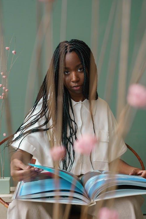 Fotos de stock gratuitas de adentro, afro, apariencia