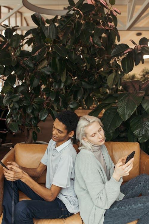 Ilmainen kuvapankkikuva tunnisteilla afroamerikkalainen, älypuhelimet, istua