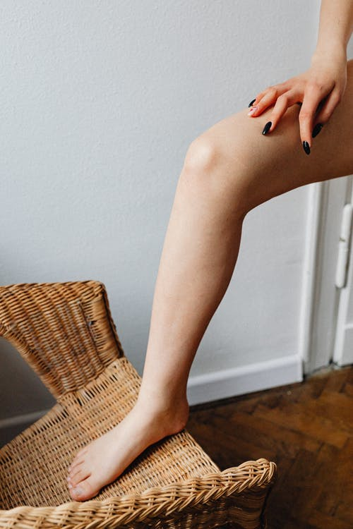 Kostenloses Stock Foto zu barfuß, bein, berühren