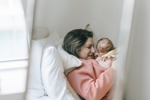 Fotos de stock gratuitas de adentro, bebé, feliz