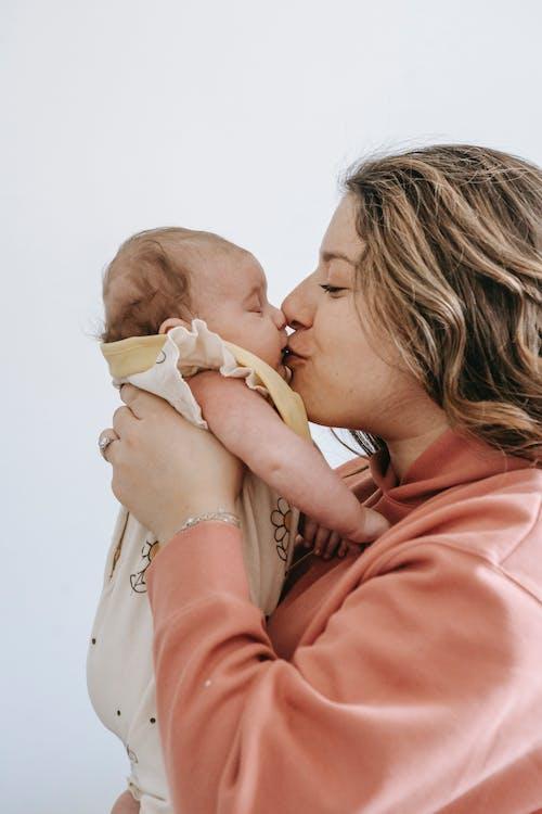 Бесплатное стоковое фото с вертикальный выстрел, любовь, материнский