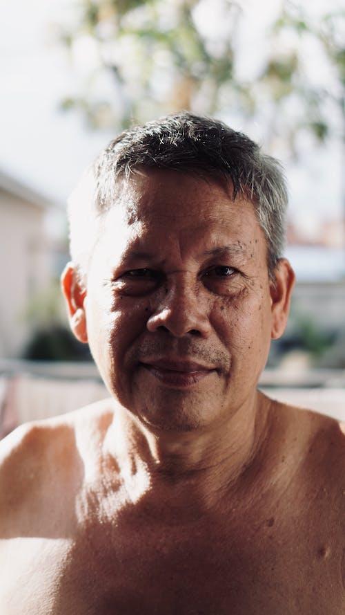 Kostenloses Stock Foto zu älterer herr, in die kamera schauen, ohne hemd