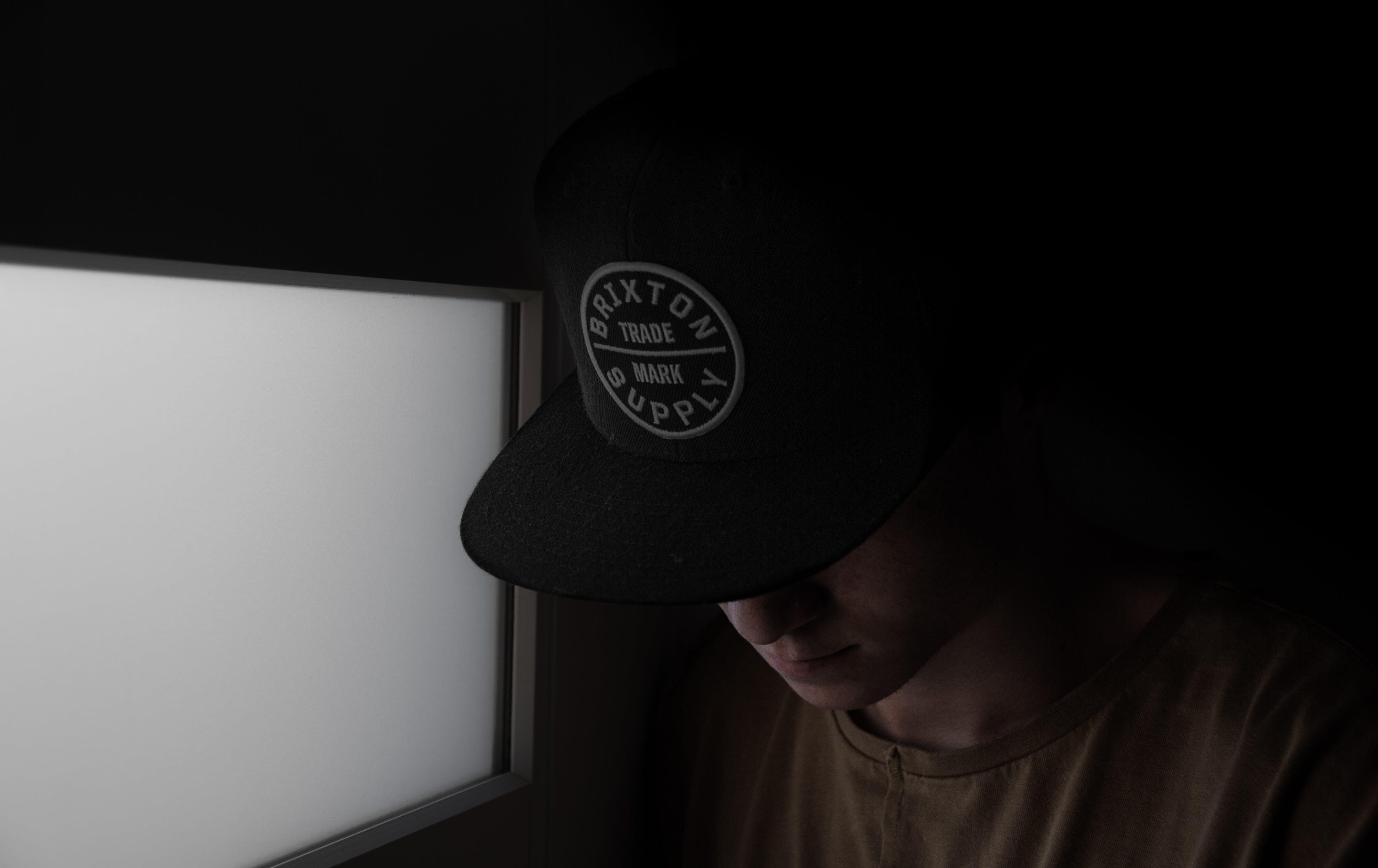 Gratis lagerfoto af dramatisk, hat, lys, portræt