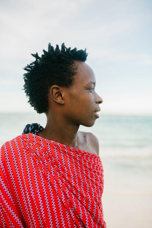 Gratis stockfoto met Afrikaanse jongen, andere kant op kijken, authentiek