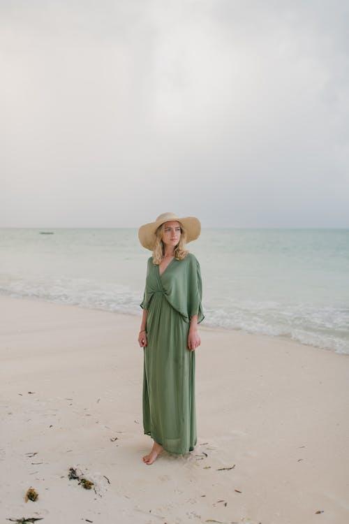 Immagine gratuita di a piedi nudi, acqua, acqua di mare