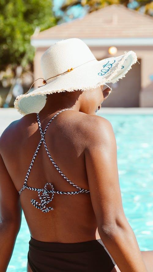 Photos gratuites de bikini, bord de piscine, chapeau