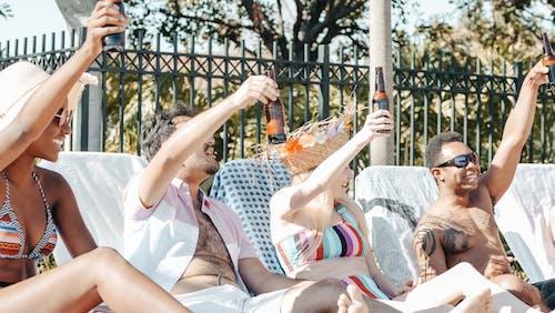 Darmowe zdjęcie z galerii z bikini, brzeg basenu, impreza w basenie
