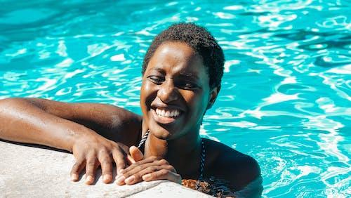 Kostenloses Stock Foto zu baden, farbige frau, ferien