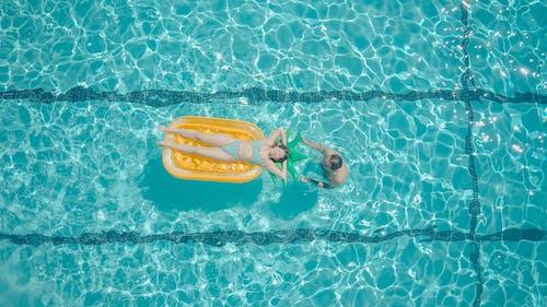 Darmowe zdjęcie z galerii z basen, bikini, impreza w basenie