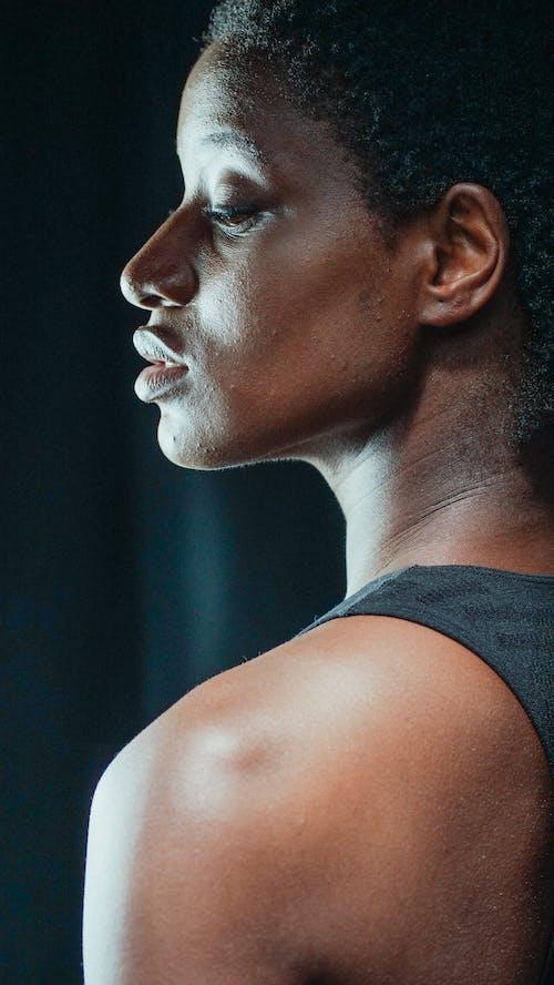 수심에 잠긴, 수직의, 아프리카 머리카락의 무료 스톡 사진