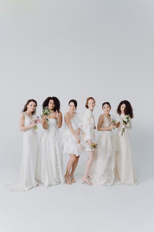 Darmowe zdjęcie z galerii z białe sukienki, kobiety, pionowy