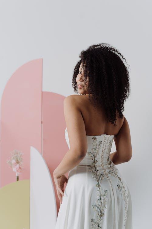 アフリカ系アメリカ人女性, ウェディングドレス, 巻き毛の無料の写真素材