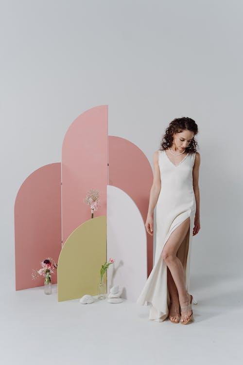 Darmowe zdjęcie z galerii z biała sukienka, kobieta, pionowy