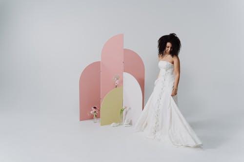 คลังภาพถ่ายฟรี ของ การแต่งงาน, ชุดเดรสสีขาว, ผมหยิก