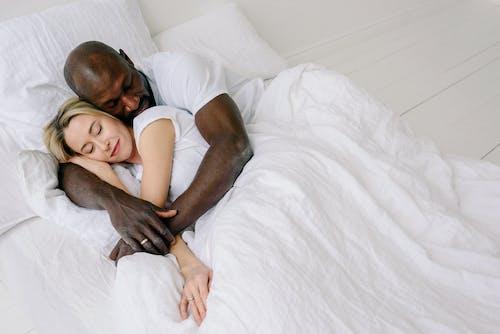 Gratis stockfoto met affectie, bed, binnen