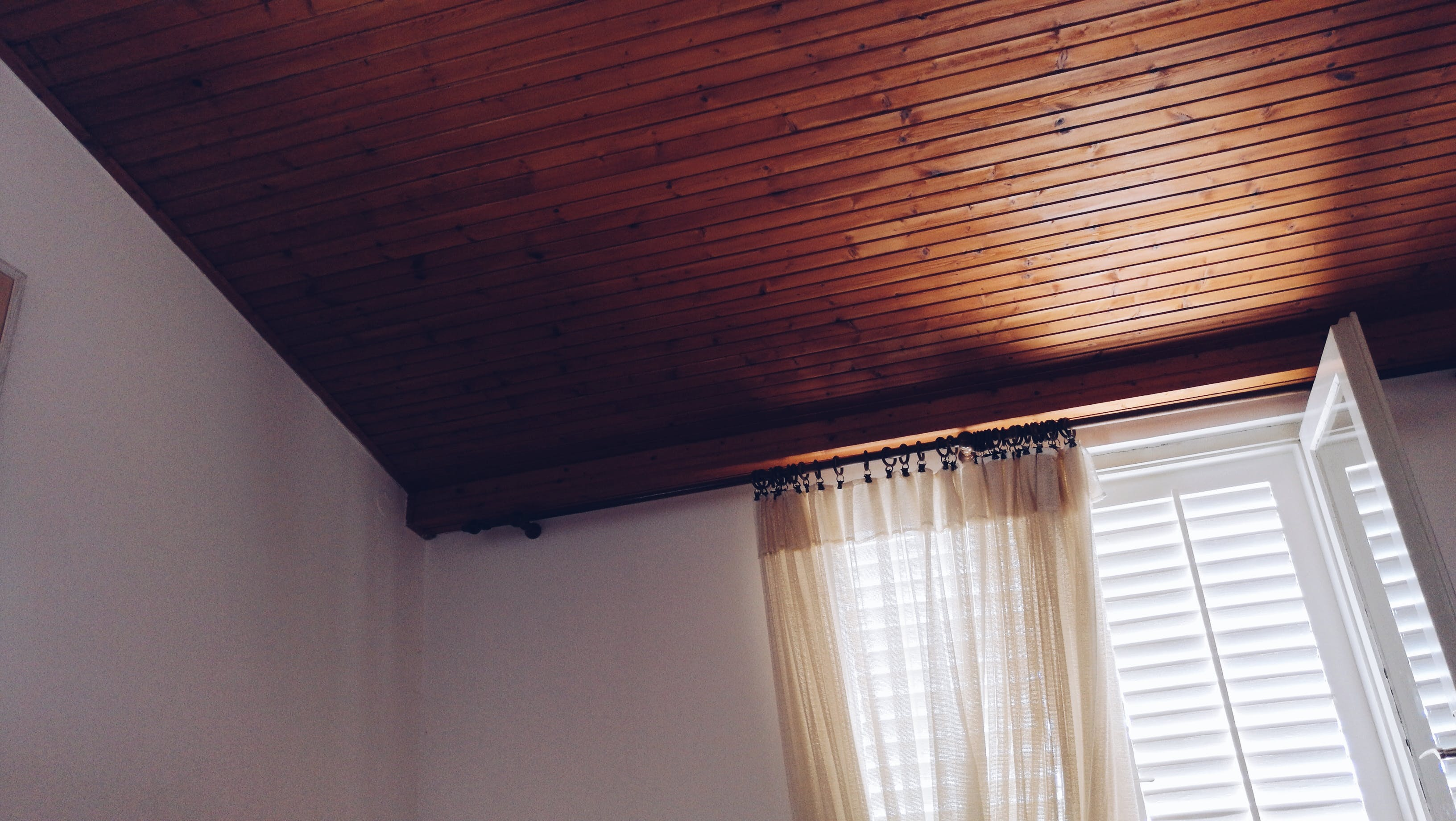 Foto profissional grátis de brilho do sol, castanho, cômodo, cortina