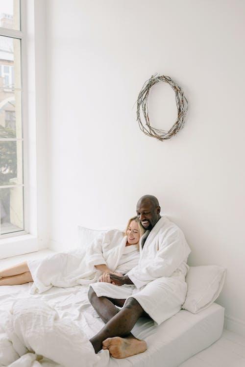 Foto stok gratis antar ras, bersama, cinta
