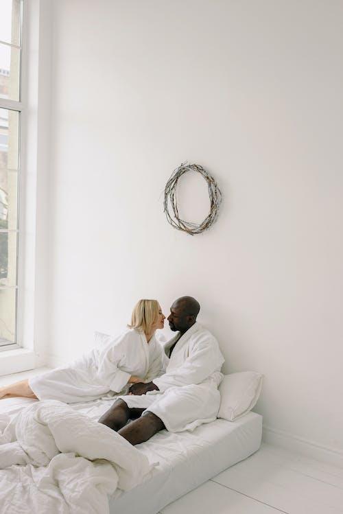 Foto stok gratis antar ras, berciuman, bersama