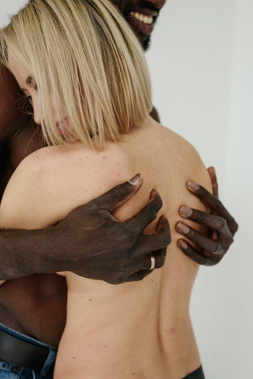 Бесплатное стоковое фото с блондинка, вертикальный выстрел, кавказская женщина
