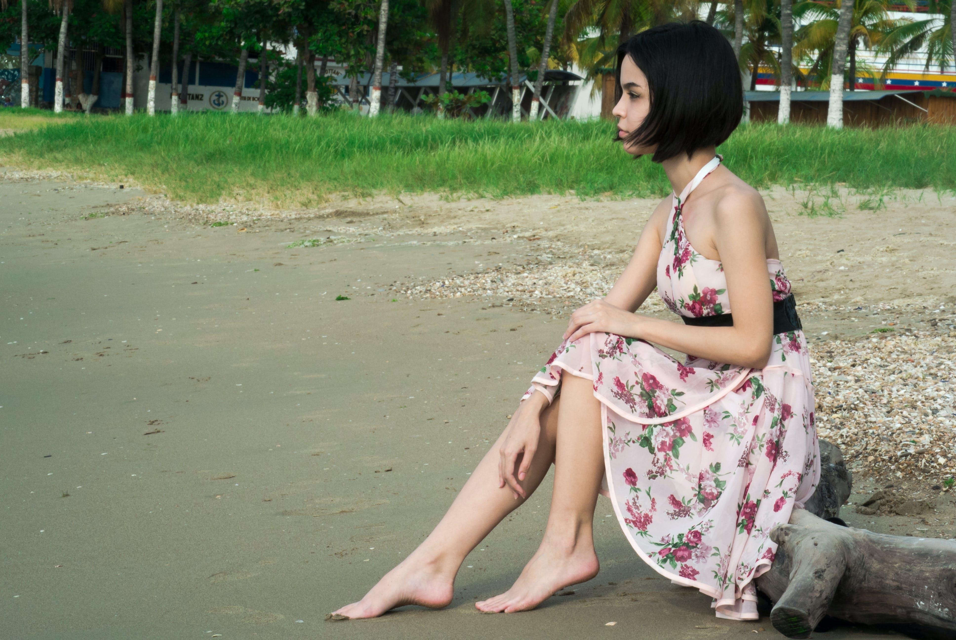 Kostenloses Stock Foto zu barfuß, draußen, fashion, frau