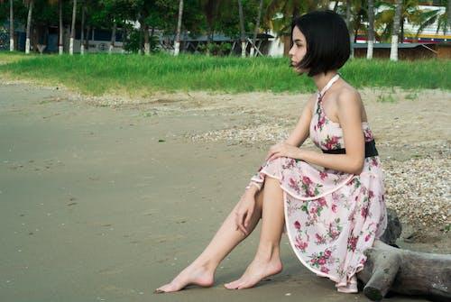 Foto d'estoc gratuïta de assegut, cabells curts, cases, descalç