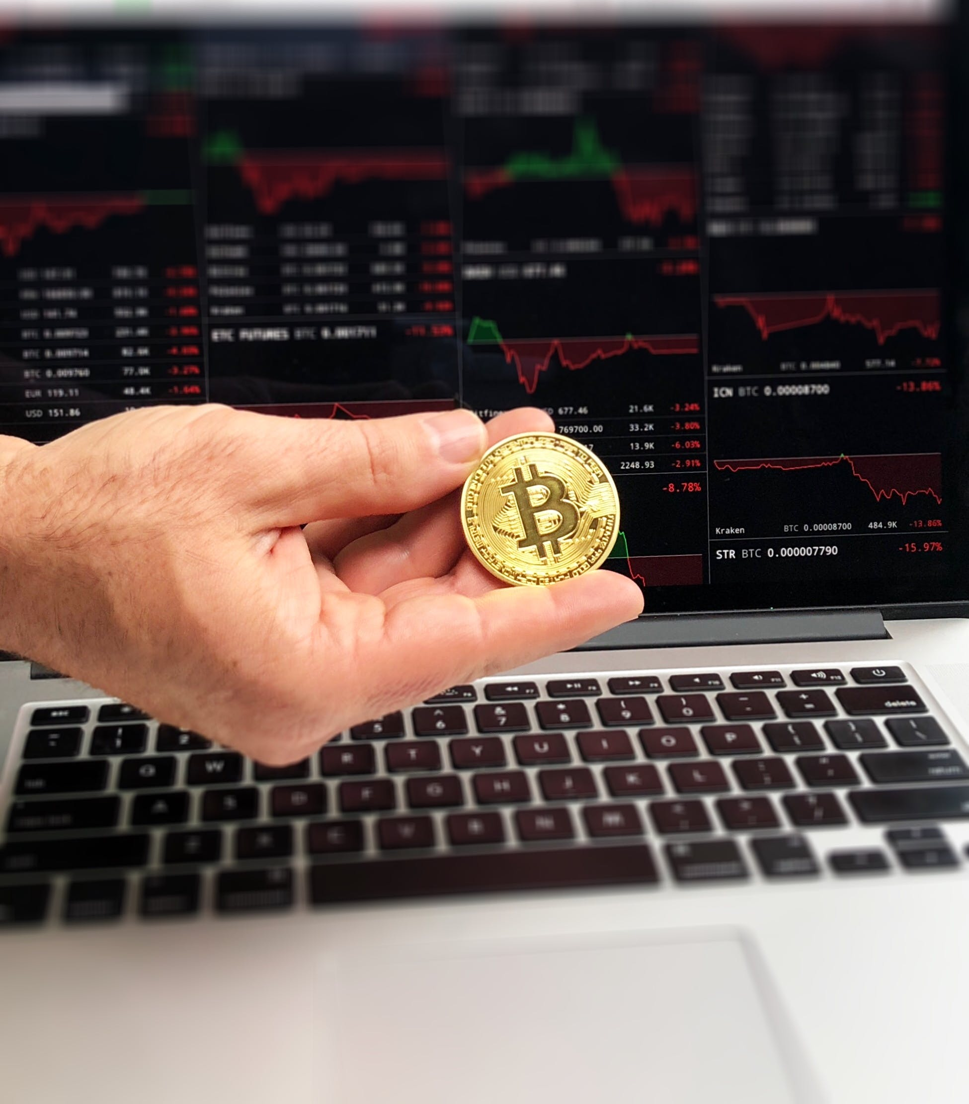 Free stock photo of Fingers holding bitcoin