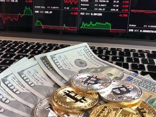 Бесплатное стоковое фото с биткойн против доллара, биткойны и наличные, деньги