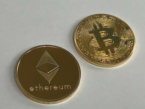 Бесплатное стоковое фото с биткойн, эфирная монета