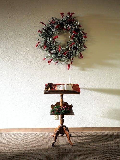 Darmowe zdjęcie z galerii z biała ściana, boże narodzenie, drewno, meble