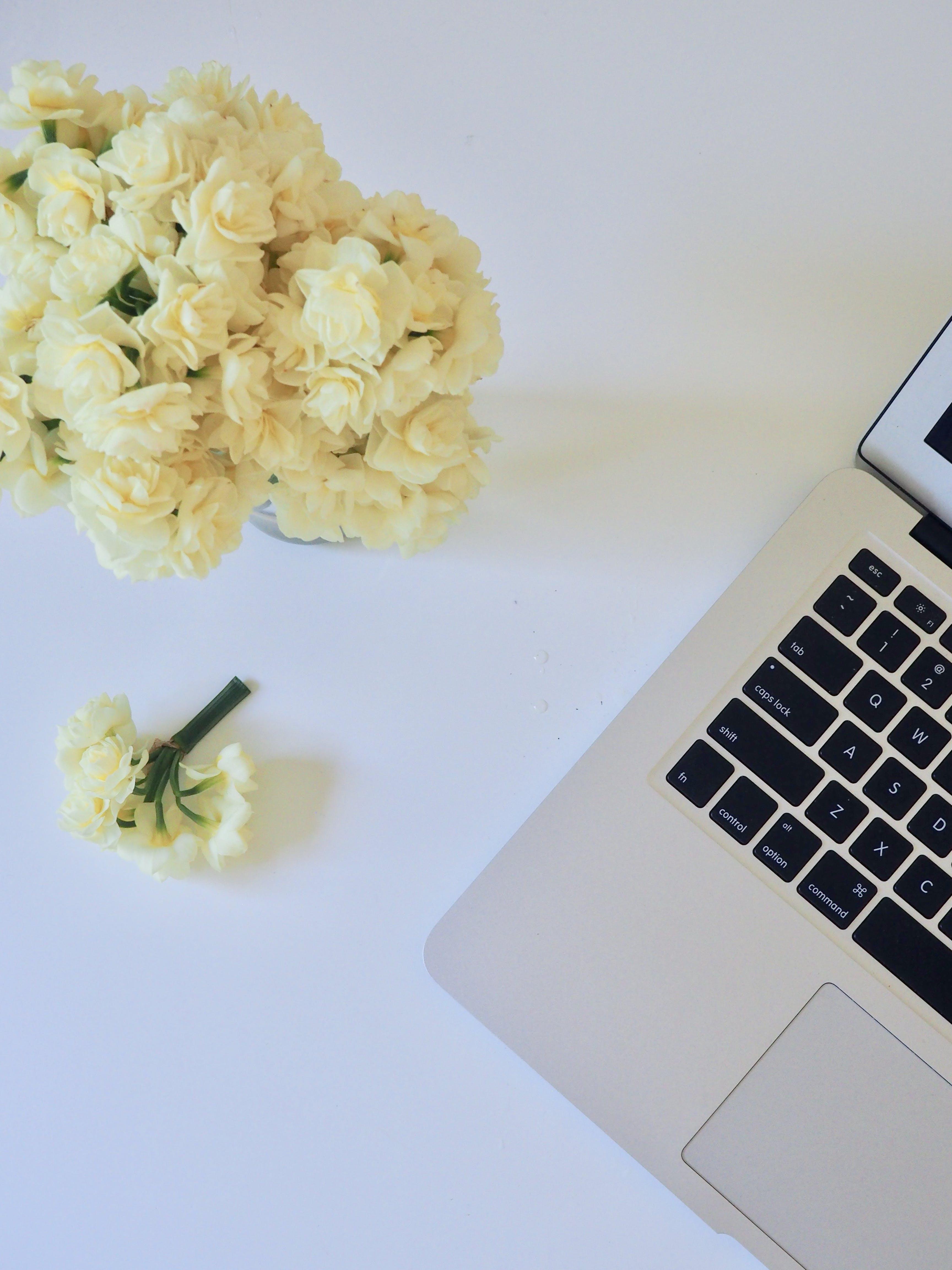 Darmowe zdjęcie z galerii z biały, biurko, bukiet kwiatów, klawiatura