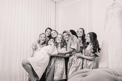 Photos gratuites de content, demoiselles d'honneur, échelle des gris