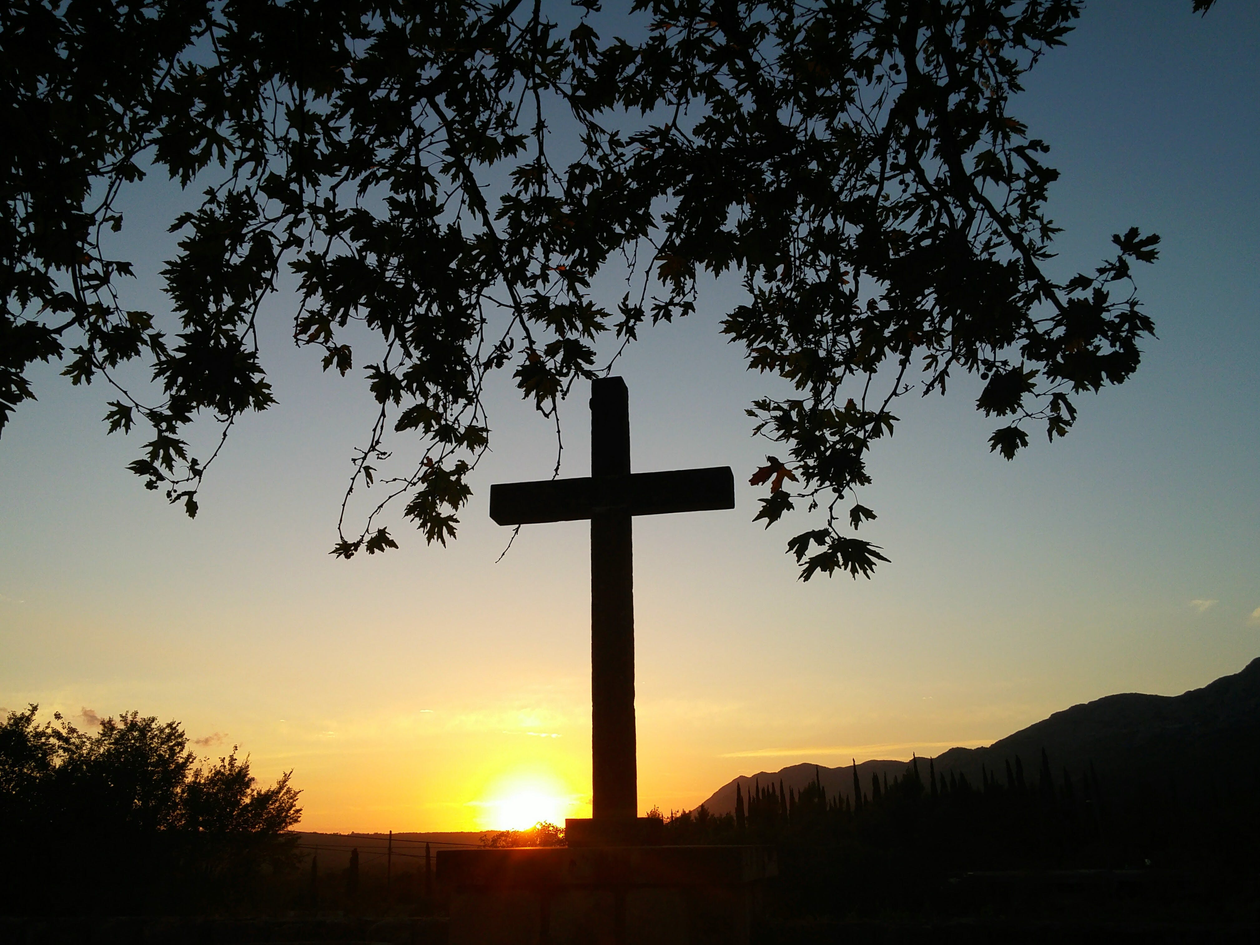 Gratis arkivbilde med kors, solnedgang