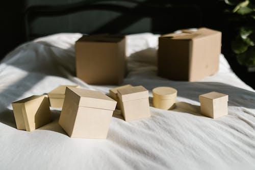 Gratis stockfoto met bed, deksels, dozen