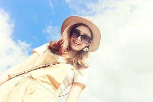 Ingyenes stockfotó alacsony szögű felvétel, álló kép, aranyos, barna szemüveg témában