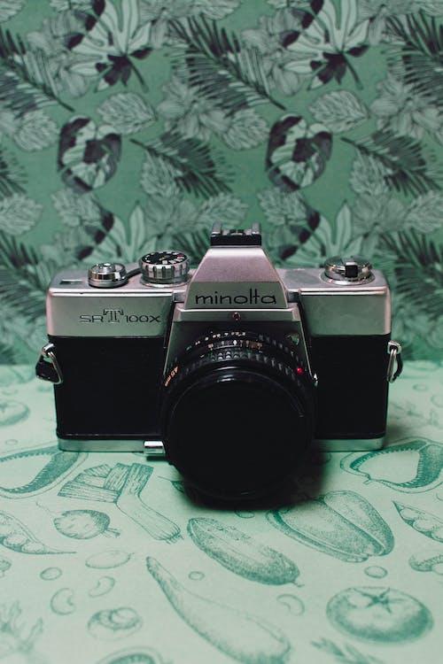 Schwarz Grau Filmkamera Auf Grünem Blumentextil