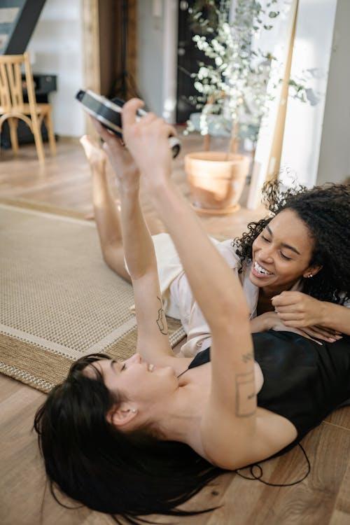 Foto stok gratis bersama, di lantai, di rumah