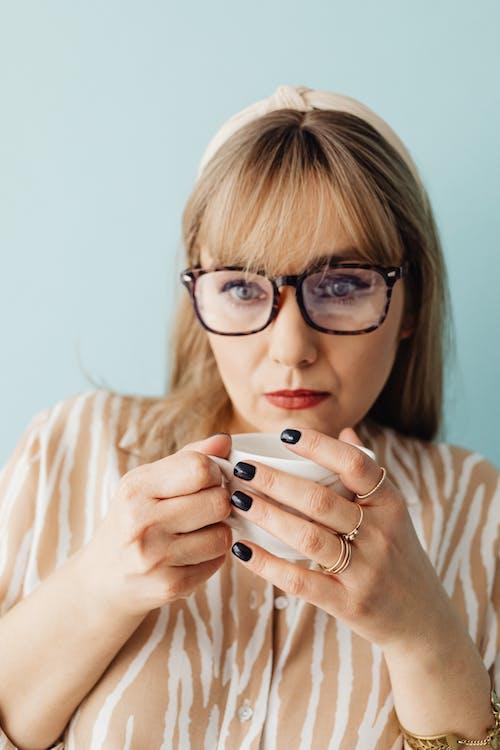 Gratis lagerfoto af briller, hænder, holde
